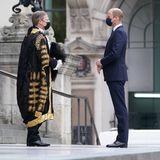 William Russell führt nach demGottesdienst ein längeres Gespräch mit Prinz William vor der St Paul's Kathedral. Auch hier werden die Sicherheitsvorkehrungen eingehalten, die beiden Männer tragen weiterhin einen Mundschutz und halten den nötigen Abstand.