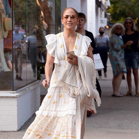 Jennifer Lopez läuft eine Einkaufsstraße entlang.