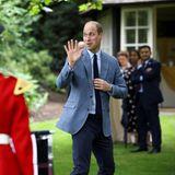 Prinz William wäre nach so netten Gesprächen gerne noch länger geblieben, der Royalverabschiedet sich jedoch, nachdem die Kapelle ein feierliches Ständchen gespielt hat.