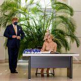Bei ihrem Besuch des Deutschen Bundestages tragen sich König Willem-Alexander und Königin Máxima in Begleitung von Wolfgang Schäublein das Gästebuch ein.