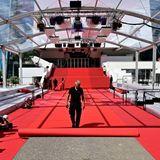 """Mit Spannung werden die vielen tollen Red-Carpet-Looks erwartet, die in den nächsten Tagen über den berühmten """"Tapis rouge"""", den roten Teppich vor dem Festivalhaus schreiten werden."""