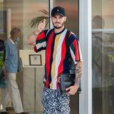 Baptiste Giabiconi , die Ex-Muse des 2019 verstorbenen Star-Designers Karl Lagerfeld checkt im farbenfrohen Mustermix ins legendäre Martinez Hotel ein.