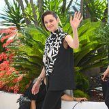 """Let's make Radlerhosen sexy again: Marion Cotillard zeigt sich beim Fototermin für den Film""""Annette"""" im ungewöhnlichen, aber stylischen Schwarz-Weiß-Look."""
