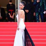 Bella Hadid steht auf den Stufen des roten Teppichs.