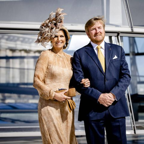 Königin Máxima setzt bei ihremBesuch in Berlin auf einen beigefarbenen Look: Ein Maxikleid aus halbtransparentem Stoff und dazu ein ganz besonderer Hut mit großen Blüten. Bei genauem Hinsehen fällt auf, dass sie dieses Outfit nicht zum ersten Mal trägt ...