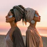 Strandfrisuren: Frauen mit Haarturban