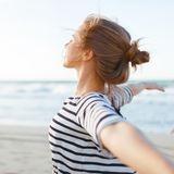 Strandfrisuren: Frau mit Dutt