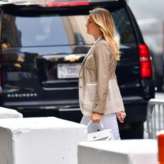 Lange war es ruhig um Melania Trump. Doch jetzt wurde die ehemalige First Lady wieder vor dem Trump Tower in Manhattan gesichtet – schick wie eh und je. Zu einer weißen Hoseträgt Melania einen beigen Blazer von Burberry mit Gold-Applikationen. Passend dazu darf auch ihre weiße Kelly Handtasche von Hermès nicht an ihrem Handgelenk fehlen, die den Look gekonnt abrundet. Nach dem Auszug aus dem Weißen Haus lässt sich die 51-Jährige zwar nicht mehr viel blicken. Doch wenn Melania mal wieder in die Öffentlichkeit tritt, sitzt ihr Outfit!