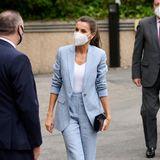 Zu einem Meeting mit denOrganisationen Abertis Foundation und UNICEF Spainerscheint Königin Letizia im angesagten Zweiteiler der spanischen ModemarkeAdolfo Dominguez. Immer im Fokus ihrer Looks: Letizias stylischeSchuhwahl. Diesmal entscheidetsich die Königin für blauePumps in Lederoptik, die perfekt auf ihre Clutch abgestimmt sind. So beweist sie, dass nicht nur schöne Kleider, sondern auch ein schicker Business-Look ihr hervorragend stehen!