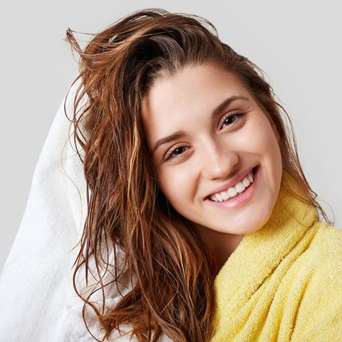 Junge Frau mit frisch gewaschenen Haaren, Haarpflege, Shampoo