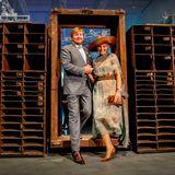 """Trockenen Schrittes marschiert das Königspaar anschließend durch die Ausstellung """"Berlin Global"""" im Humboldt Forum, die ab dem 20. Juli das interessante Beziehungsgefüge der deutschen Hauptstadt mitder Welt veranschaulicht."""
