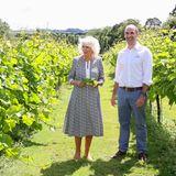 Danach geht es für Herzogin Camilla solo weiter. Der Llanerch Vineyard feiert sein zehnjähriges Bestehen und darf sich daher über den royalen Gast freuen. Camilla wird von Ryan Davies über sein renommiertes Weingut in Pontyclun geführt.