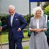 7. Juli 2021  An ihrem dritten Tag in Wales dürfen Prinz Charles und Herzogin Camilla einen gemeinsamenTermin beschreiten. Vor dem frischrenoviertenBesucherzentrum Guildhallin Llantrisant werden diebritischen Royals von einemmittelalterlich gekleideten Bogenschützen in Empfang genommen.