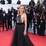 """Auch Diane Kruger gewährt tiefe Einblicke. In einer schwarzen Glitzer-Robe von Giorgio Armanischreitet die Schauspielerin über den Roten Teppich, um sich die Vorführung des Films """"Tout S'est Bien Passe (Everything Went Fine)"""" anzuschauen."""