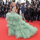 Erst auf der Paris Fahion Week, dann auf demFilmfestival in Cannes: Influencerin Leonie Hanne ist eine echte Jetsetterin und verzaubert in einem grünen Kleid aus viel Tüll von der Marke Nicole + Felicia Couture. Um ihren Hals und an ihren Handgelenken funkeln Schmuckstücke von Pomellato.