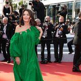 Iris Berben setzt auf schlichte Eleganz. Wenig Bling-Bling und dafür einleuchtend grünes Kleid mit Schleppe von DesignerOscar de la Rentagoldene Ohrringe und leicht gewellte Haare – sehr schick!