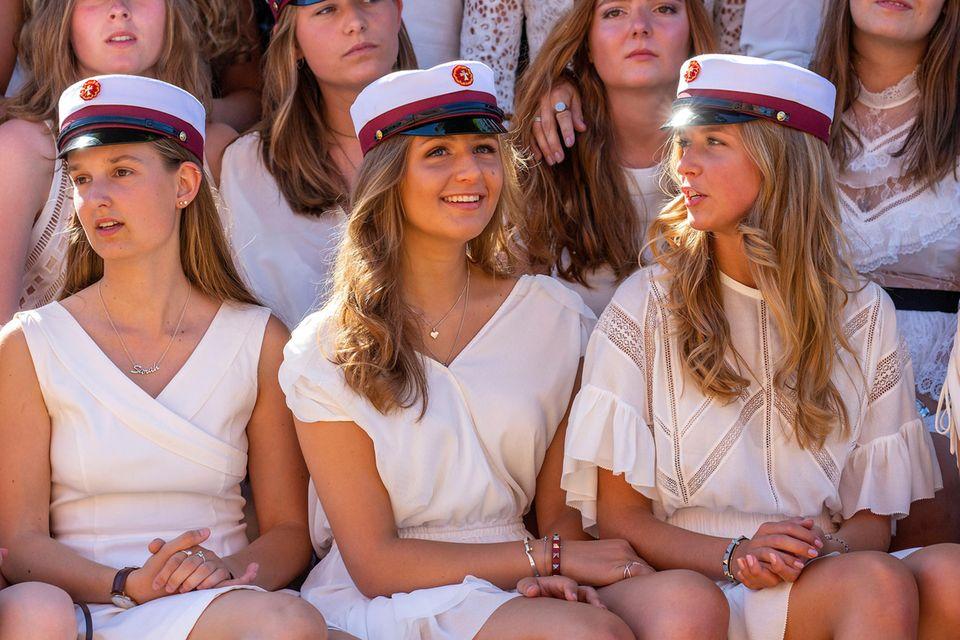 Benedikte Thoustrup (Mitte) bei Nikolais und ihrer Schulabschlussfeier nach bestandenem Abitur im Internat Herlufsholm.