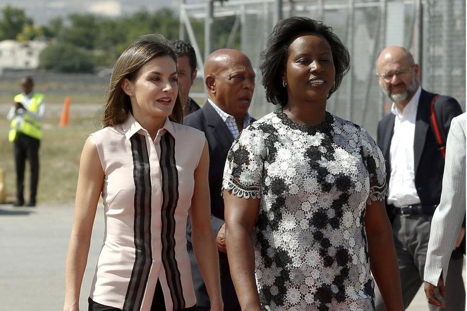 Königin Letizia wird 2018 von First Lady Martine Moïse am Flughafen in Haiti in Empfang genommen.