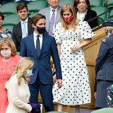 DieWimbledon Championships lassen sich Prinzessin Beatrice und ihr Mann Edo Mapelli Mozzi nicht entgehen. In einem Polka-Dot-Kleid des Labels Self-Portrait betritt die 32-Jährige die Tribüne. Unverkennbar: der Babybauch, der sich unter dem hübschen Kleid mit Volants und Puffärmeln befindet.