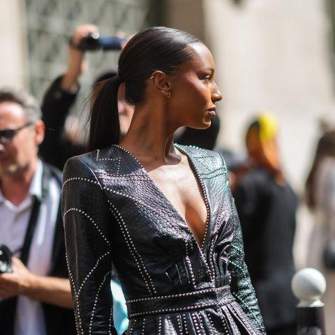 Topmodel Jasmine Tookes zieht die Blicke vor der Balenciaga Modenschauauf sich. Denn mit ihrem Look aus Leder und Nieten liegt sie gerade voll imTrend.