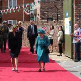 """Queen Elizabeth wird bei ihrem Besuch am Set der ITV-Fernsehserie """"Coronation Street"""" mit wehenden Fähnchen und Applaus empfangen. Besonders die Mitarbeiter der beliebten Serie freuen sich über den hohen Besuch."""