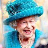 """8. Juli 2021  Am heutigen Donnerstag ist Queen Elizabeth nach Manchester gereist, um das Filmset des britischenLindenstraßen-Pendant """"Coronation Street"""" zu besichtigen. Auf einAle imRover's Return Inn wurde die Queen am Set zwar nicht geladen, dafür freut sie sich über erheiterndeGespräche mit der Crew und Schauspielern."""