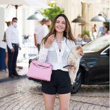 Auch außerhalb des Roten Teppichs lassen sich die Stars blicken. Zwar ohne glamouröse Roben – aber nicht weniger schick. Schauspielerin und Model Patricia Contreras zeigt sich in süßem Strickjäckchen von Fabiana Filippi und setzt auf Schuhe von Alzúarr Paris und eine rosafarbene Tasche von Hermès.