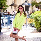 Izabel Goulart checkt im neongrünen Zweiteiler von DavidKoma in Cannes im Hotel ein – ein echter Hingucker! Dazu kombiniert das Model eine pinke Sonnenbrille von Valentino.