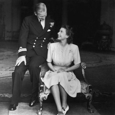 9. Juli 1947  Heute vor 74Jahren gibtder Palast die Verlobung von PrinzessinElizabeth und Leutnant Philip Mountbatten bekannt. Das offizielle Verlobungsfoto des glücklichen Paares entstand einen Tag später. In ihren 73 gemeinsamen Ehejahren sammeltdas Paar viele schöne Erinnerungen. Einige davon haben wir in folgenden Bildern festgehalten.