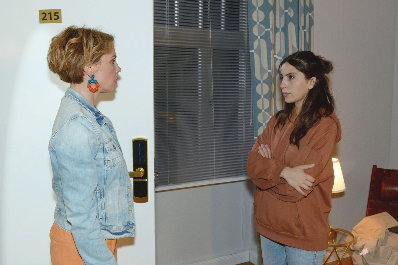 Yvonne (Gisa Zach, l.) und Laura (Chryssanthi Kavazi)