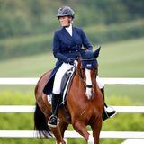 """8. Juli 2021  Zara Tindall sitzt wieder im Sattel und tritt erfolgreich mit ihrem Pferd """"Class Affair"""" bei den """"Barbury Castle International Horse Trials"""" an. Es ist ZaraserstesTurnier nach der Geburt von SohnLucas und daher ein besonderer Moment für die britische Royal."""