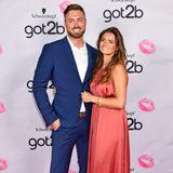 Da strahlen aber zwei um die Wette! Niko Griesert und Michèle de Roos zeigen sich erstmals gemeinsam auf dem roten Teppich von Got2Be und könnten nicht glücklicher wirken. Michèle trägt dabei ein Kleid von Zara.