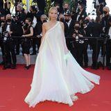 Influencerin Leonie Hanne verzaubert in einer weißen One-Shoulder-Robe mit Schimmer-Effekt des Labels Tony Ward. Für den perfekten Glamour-Auftritt darf natürlich Schmuck, hier von Pomellato, auch nicht fehlen.