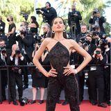 Izabel Goulart weiß, wie sie ihren Hingucker-Jumpsuit mit Feder-Details und Pailletten von Etro auf dem roten Teppich perfekt in Szene setzen muss, damit ihr das Blitzlichtgewitter sicher ist. Die Cut-Outs an der Taille und der Neckholder-Schnitt machen das Outfit aber auch wirklich besonders extravagant.