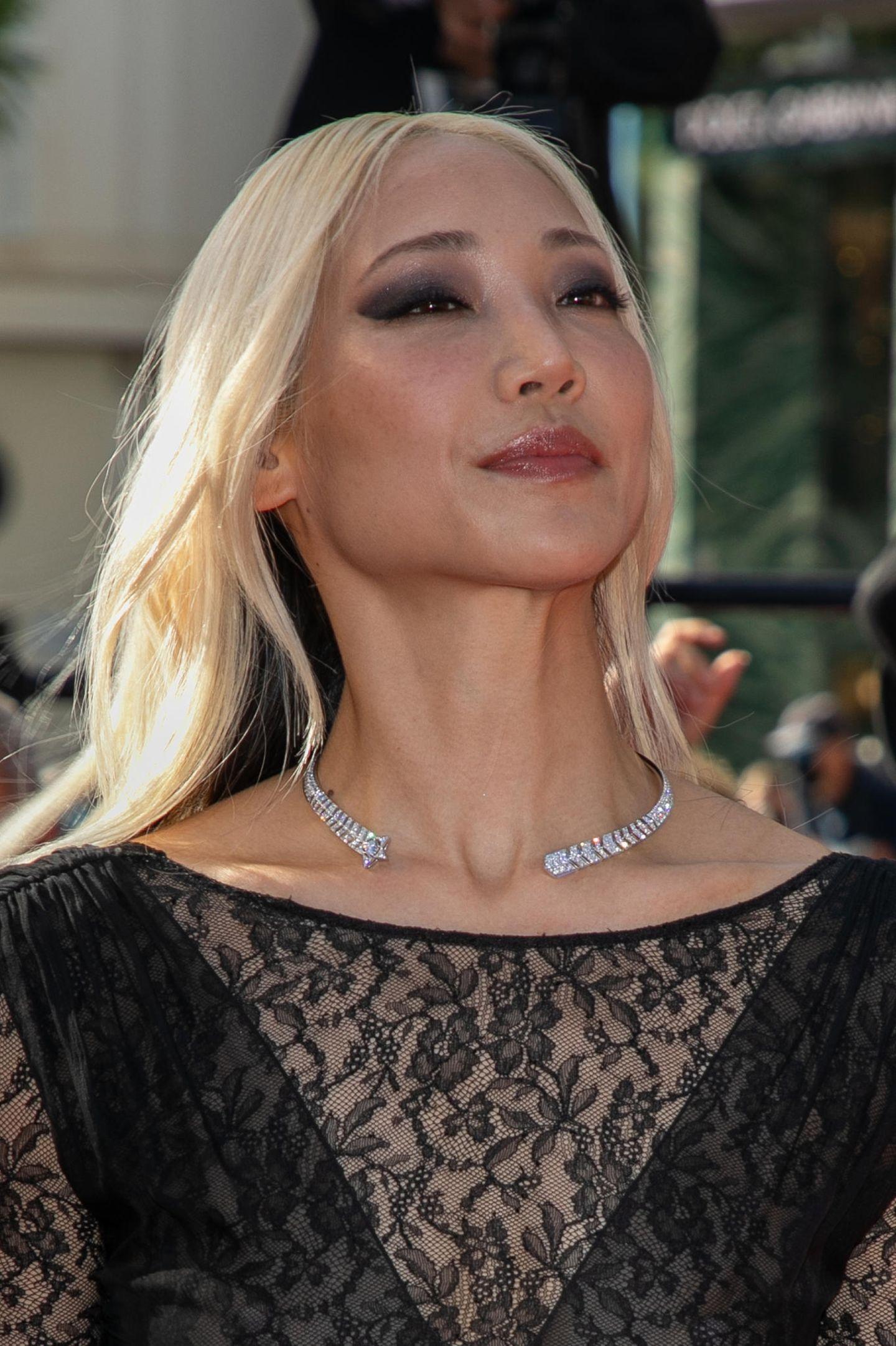 Model Soo Joo Park setzt zu ihrem schwarzen Spitzenkleid auf Smokey Eyes. Ein beliebter Look der auch bei vielen anderer Kolleginnen auf dem Teppich gesichtet wurde. Der verruchte Look feiert wohl sein Comback.