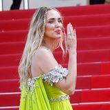 ChiaraFerragni sticht nicht nur mit ihren neongrünen Traum-Kleid heraus, sondern auch mit ihren pinken Nägeln und Accent-Braids. Ein Frisuren-Trend, der gerade das Netz im Sturm erobert. Das Make-up hält die 34-Jährige dementsprechend dezent.