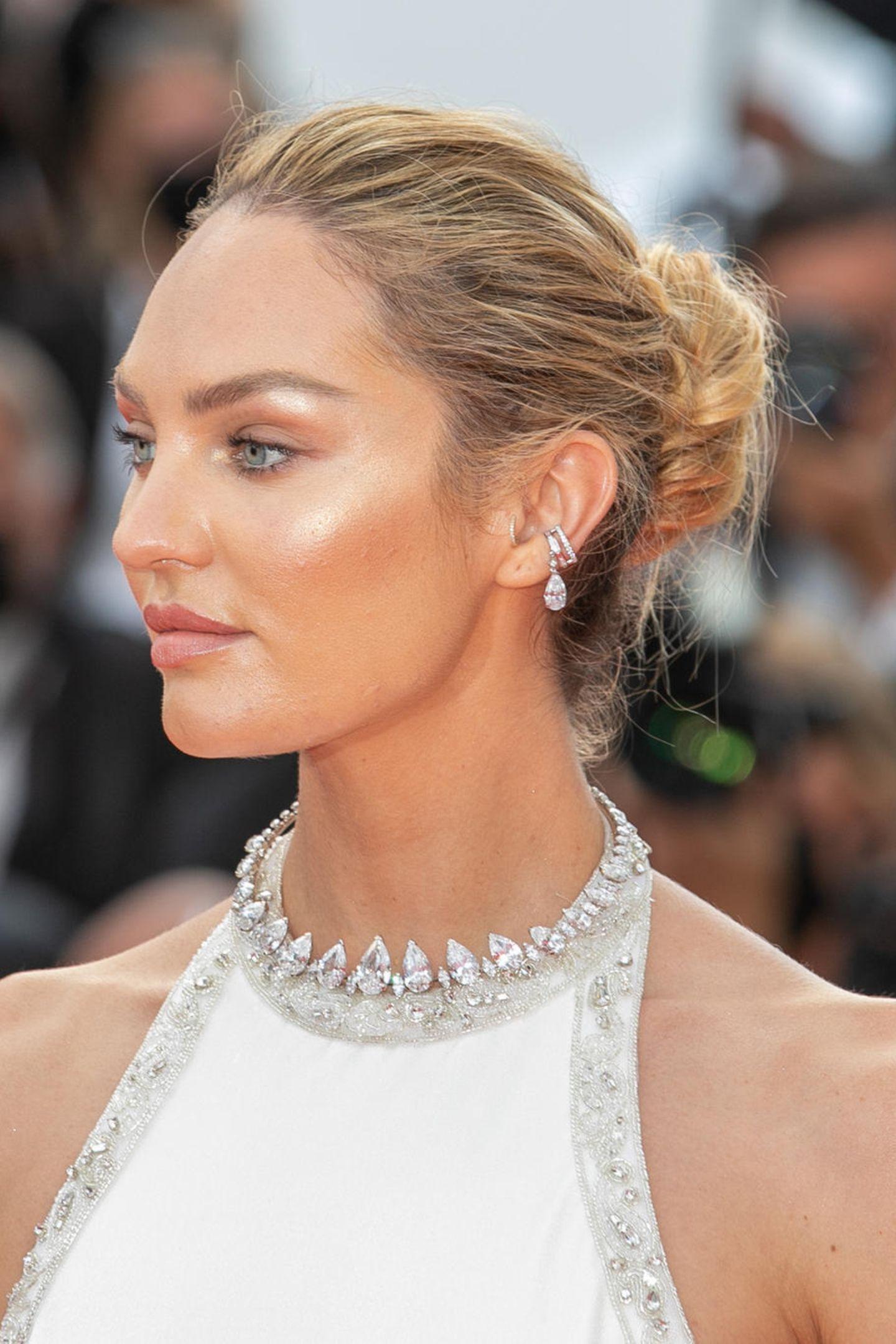 Candice Swanepoel weiß wie sie ihre blauen Augen zur Geltung bringt. Mit ihrem goldenen Make-up von Charlotte Tilburystrahlen sie um so mehr. Da der Highlighter jedochfür genug Glanz sorgt, bleibt die Lippe des Models lieber matt.