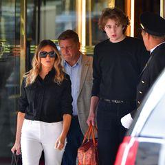 Barron überrascht, als er mit Melania Trumpgerade in Manhattangesichtet wurde. Der 15-Jährigeüberragt seine Mutter, die selbst High Heels trägt, um fast zwei Köpfe!