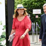 Carole Middleton besucht zusammen mit ihrem Mann Michael Middleton die Wimbledon Tennis Championships. Die Mutter von Herzogin Kate und Pippa Middleton setzt auf ein rotes Leinenkleid mit Schnürungen an der Taille. Dazu kombiniert die 66-Jährige einen Hut mit einer dunkelblauen Borde sowie eine Clutch in farbigen Stickungen. In Sachen Schuhwahl macht sie es wie ihre Töchter und setzt auf Espadrilles – die Bastschuhesind bei Kate und Pippa extrem beliebt.