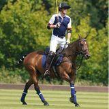 """9. Juli 2021  Heute zeigt Prinz William beim Charity-Polospiel """"Out-Sourcing Inc. Royal Windsor Cup 2021"""" vollen Einsatz. Der Royal verfolgt auf seinem Pferd, konzentriert das Spiel und wartet auf seinen Einsatz, um sein Team zum Sieg zu führen."""