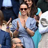 Ein weiterer heiß ersehnter Gast nimmt auf den Rängen von Wimbledon Platz: Pippa Middleton. Jahr für Jahr besucht sie das Tennis-Turnier und weiß deswegen genau, was man zu so einem Anlass trägt. In ihrem gestreiften Ralph-Lauren-Kleid, mit einer Sonnenbrille von Finlay und Sternchen-Ohrringen von Robinson Pelham sieht Pippa leger aber dennoch elegant aus.