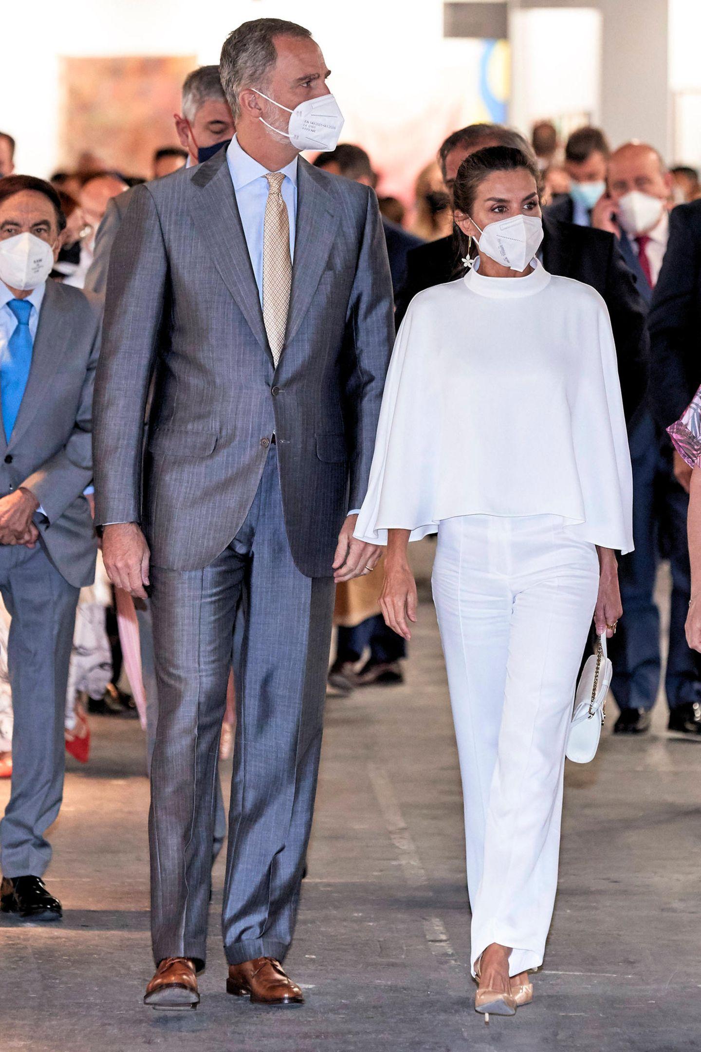 Bei der Kunstmesse Arco in Madrid gibt es für die Besucher jede Menge Farben und Formen zu bestaunen. Vielleicht hat sich Königin Letizia deshalb bei ihrem Outfit sehr zurückgehalten und setzt auf ein weißes Ensemble mit Cape von On Atlas.