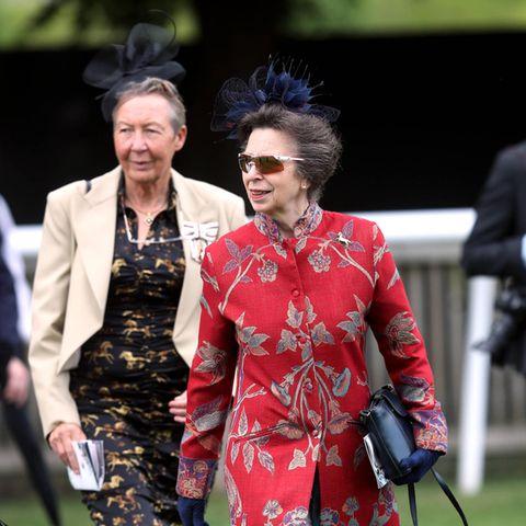 Prinzessin Anne gibt beim Ladies Day des Moet et Chandon July Festivalsin Newmarket auf der Rennbahn modetechnisch Vollgas: Sie trägt einen roten Mantel mit floralen Stickereien, einen dunkelblauen Fascinator und ihre geliebte Sportsonnenbrille von Adidas.