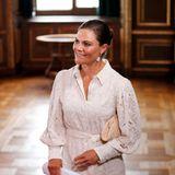 Prinzessin Victoria beweist bei einer Kabinettssitzung in Stockholm modisches Feingefühl: Ihr Kleid mit Lochspitze von Valerie ist sommerlich und trotzdem elegant, eine beigefarbene Clutch von Chanel und Perlenschmuck ergänzen die zeitlose Kombination.