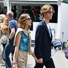 Alexa Chung und Freund Orson Fry machen aus dem Match-Besuch ebenfalls ein Date: Er trägt Anzug zu Chucks, sie Paillettentop zu Chinohose.