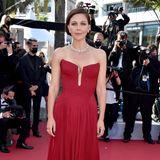 Maggie Gyllenhaal hat sich für Rot auf dem roten Teppich entschieden und zeigt, wie schön ein perfekt geschnittenes, simples Corsagenkleid sein kann.