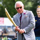 """9. Juli 2021  Zum Abschluss seiner fünftägigen Wales-Reise zeigt sichPrinz Charles in Cardiff von seiner sportlichen Seite, als er schlagkräftig das 100. Jubiläum des""""Glamorgan County Cricket Clubs"""" im Heimstadion""""Sophia Gardens"""" begeht."""