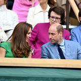 Ehemann Prinz William ist bei ihr – in einem hellblauen Anzug mit passendem Hemd und marineblauer Krawatte.
