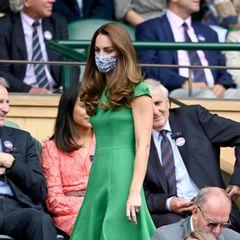 Da ist sie ja endlich! Herzogin Catherine lässt sich die spannenden Tennis-Matches nicht entgehen und nimmt auf den Rängen Platz. Sie trägt ein kurzärmliges, grünes Kleid. Aber sie ist nicht allein ...