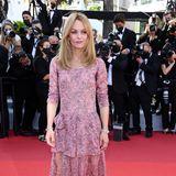 Leichte Lagen und ein moderater Beinschlitz: Das raffinierte Chanel-Kleid unterstreicht Vanessa Paradis' mädchenhaften Typ.